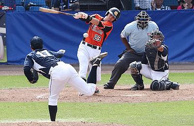Nick Urbanus slaat raak voor een honkslag in de zevende inning.