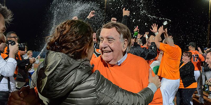 Rimini-voorzitter Rino Zangheri in gelukkigere tijden na het behalen van de landstitel in 2015.