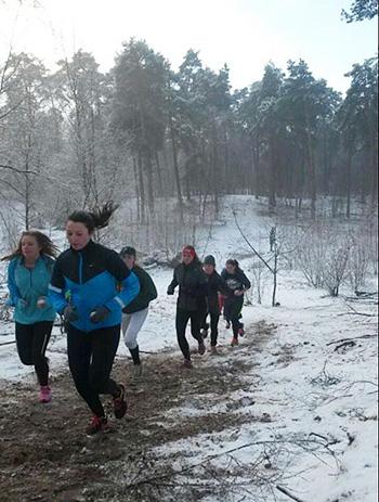 Deze winter hielden de speelsters conditietraining in de bossen.