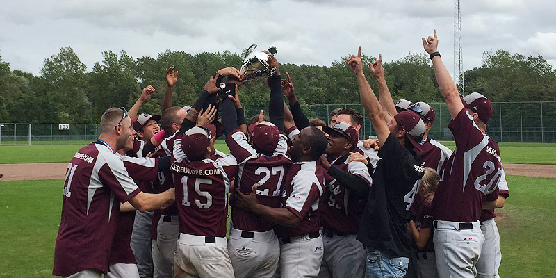 De spelers van Storks vieren het kampioenschap in de overgangsklasse.