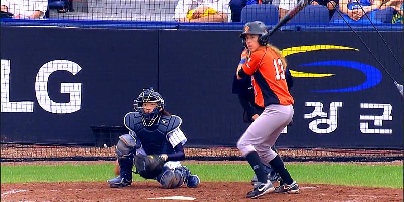 Esther Maliepaard aan slag voor Nederland in de wedstrijd tegen Japan.