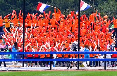 Nederland werd aangemoedigd door een grote groep in Oranje uitgedoste Japanse aanhangers.