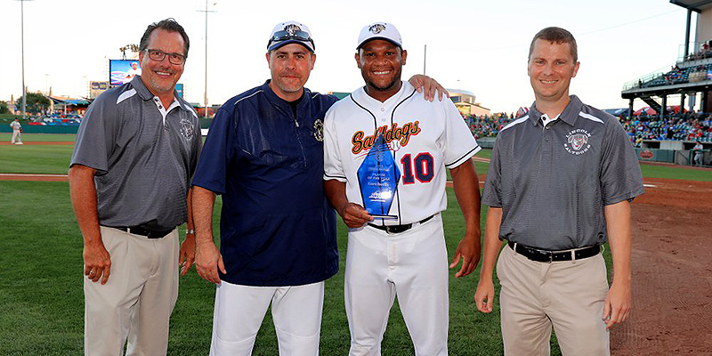 Curt Smith ontvangt een onderscheiding als Saltdogs Player of the Year.