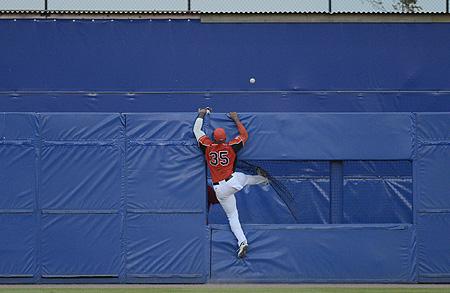 De door Jesus Martinez geslagen bal verdwijnt buiten het bereik van Kalian Sams voor een homerun over de hekken.