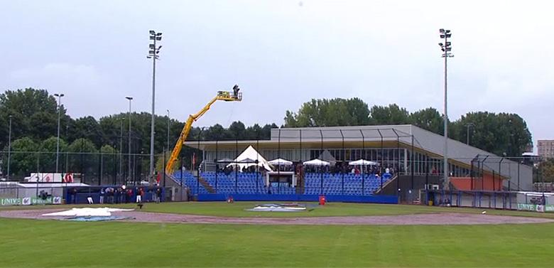 Het speelveld van het Sportpark Ookmeer in Amsterdam was vanmiddag onbespeelbaar.