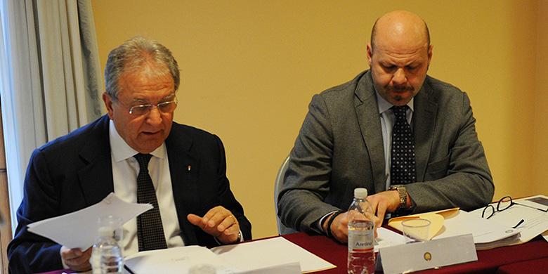 Bondsvoorzitter Riccardo Fraccari (links) en diens vice-voorzitter Massimo Fochi tijdens de bijeenkomst in Tirrenia.