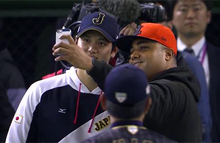Startend pitcher Diegomar Markwell gaat na afloop op de foto met Shohei Ohtani.
