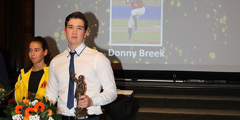 Honkballer Donny Breek met zijn prijs tijdens het STK Topsportgala.