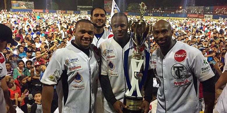 Van links naar rechts: Curt Smith, Dashenko Ricardo en Yurendell de Caster met de trofee na het winnen van het kampioenschap in Nicaragua.