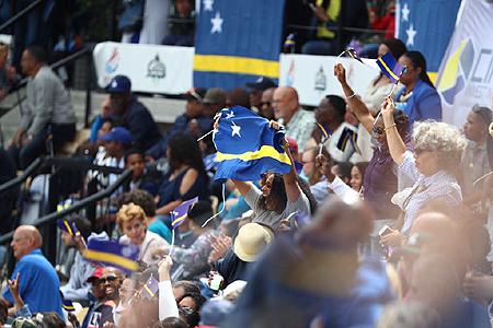 Feest in het Neptunus Familiestadion tijdens Dia di Bandera.
