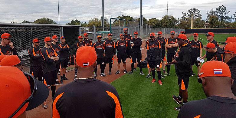 Manager Hensley Meulens spreekt zijn spelers toe tijdens de eerste training in Scottsdale.