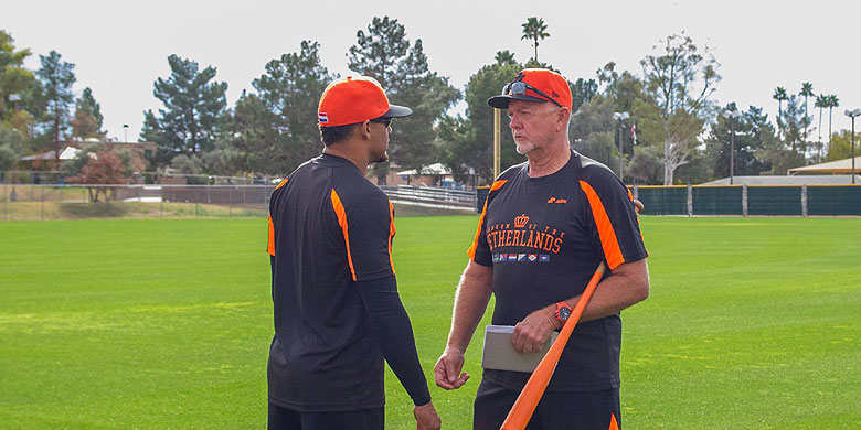Pitcher Jair Jurrjens in Arizona in gesprek met pitching-coach Bert Blijleven.