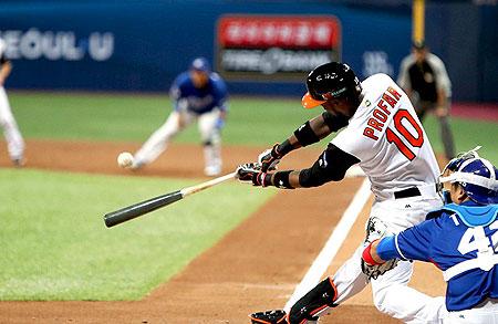 Jurickson Profar slaat raak voor een homerun in de eerste inning.