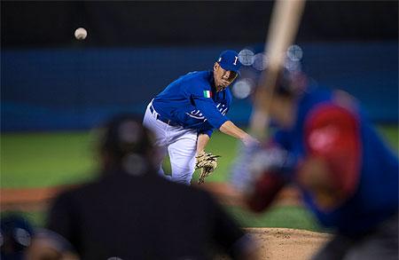 Pitcher Anthony Morris in actie voor Italië in de wedstrijd tegen Venezuela.