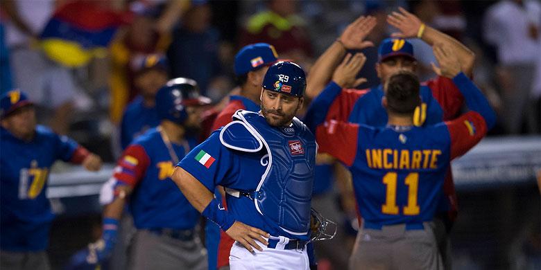 Teleurstelling bij catcher Francisco Cervelli na de homerun van Miguel Cabrera.