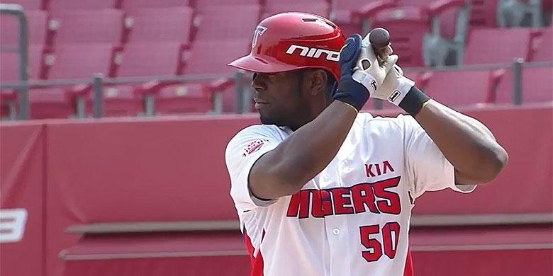 Voormalig Major Leaguer Roger Bernadina maakt dit seizoen voor Kia Tigers zijn debuut in de Zuid-Koreaanse KBO.
