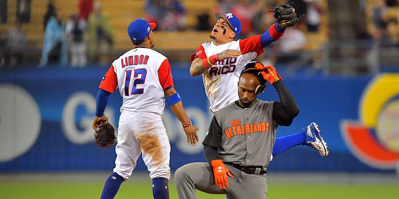 Yurendell de Caster treurt na het dubbelspel van Puerto Rico in de elfde inning.