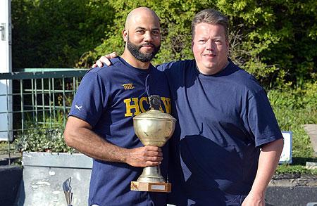 Vince Rooi met de bokaal na de toernooiwinst voor HCAW.