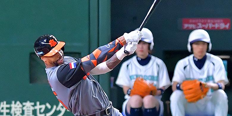 Kalian Sams slaat raak voor een homerun tijdens de World Baseball Classic in het Tokyo Dome.