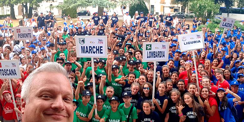 Selfie van Andrea Marcon met jeugd uit de regio's.