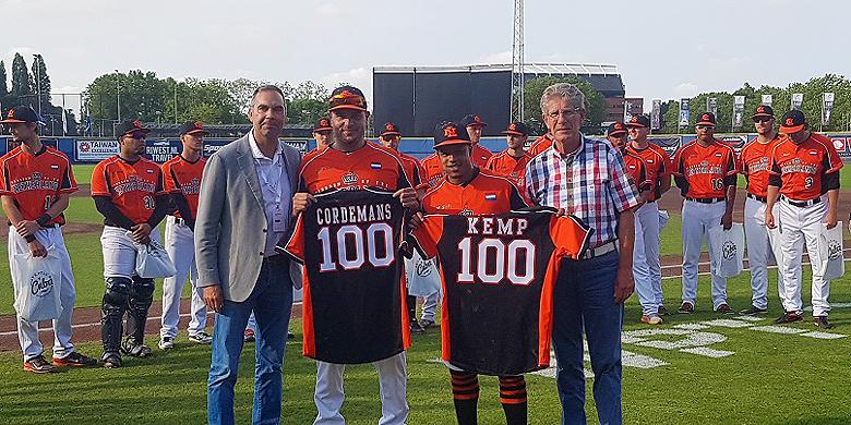 Rob Cordemans en Dwayne Kemp poseren met hun speciale jerseys, geflankeerd door technisch directeur Gijs Selderijk en KNBSB-bestuurslid Frits Mulder