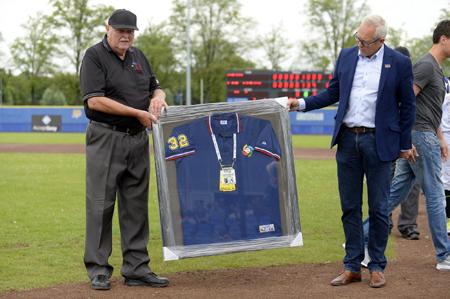 Zaterdag werd afscheid genomen van scheidsrechter Fred van Groningen Schinkel.