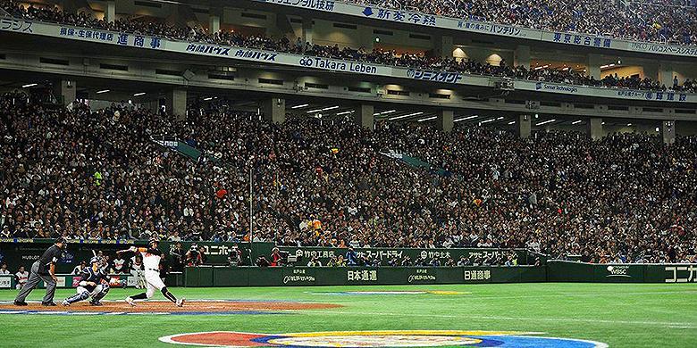Jurickson Profar aan slag voor het Nederlands Koninkrijksteam in het Tokyo Dome in de wedstrijd tegen Japan tijdens de World Baseball Classic.