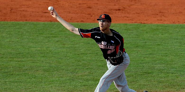 Pitcher Maickel Rietel in actie voor het U23-team tijdens het Europees kampioenschap.