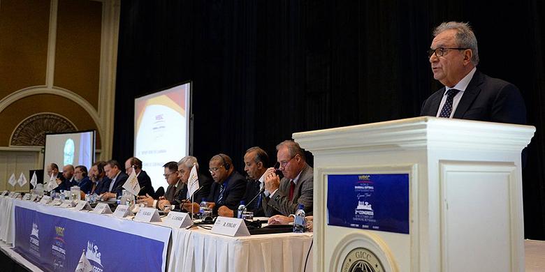 Voorzitter Riccardo Fraccari spreekt de aanwezigen toe tijdens het tweede congres van de WBSC.