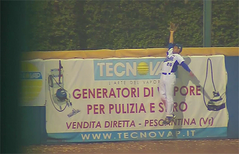 Sebastiano Poma komt te kort om de homerun van Kalian Sams te voorkomen.