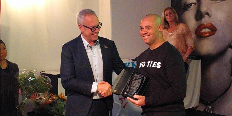 KNBSB-directeur Bart Volkerijk overhandigt de prijs voor de MVP uit aan Danny Rombley.