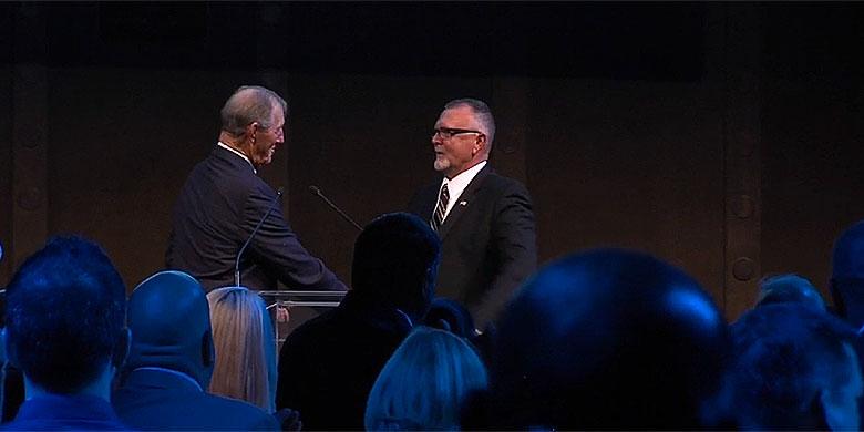 Bert Blijleven ontvangt de oeuvreprijs uit handen van Jim Kaat.