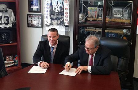 Ricardo Fraccari (WBSC) en Don DeDonatis (USSSA) ondertekenen de overeenkomst.
