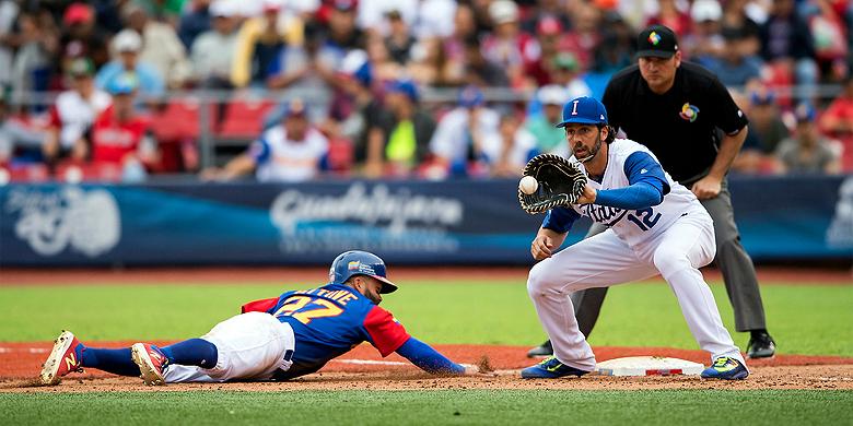 Chris Colabello voor Italië in actie tijdens de wedstrijd tegen Venezuela op de World Baseball Classic.