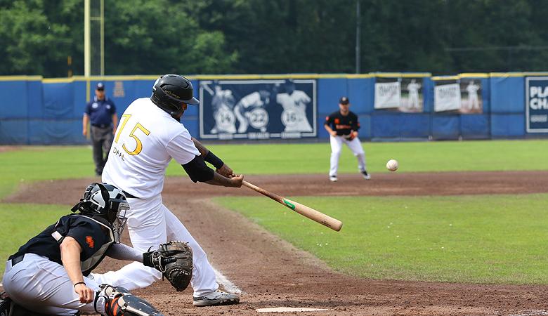 Rodney Daal slaat raak voor een solohomerun in de negende inning.