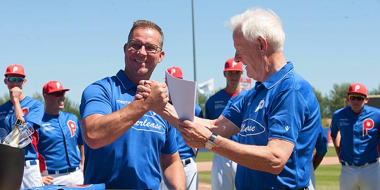 Rene Klomp (l) en Wilko Geesink (r) bij de ondertekening van de overeenkomst.