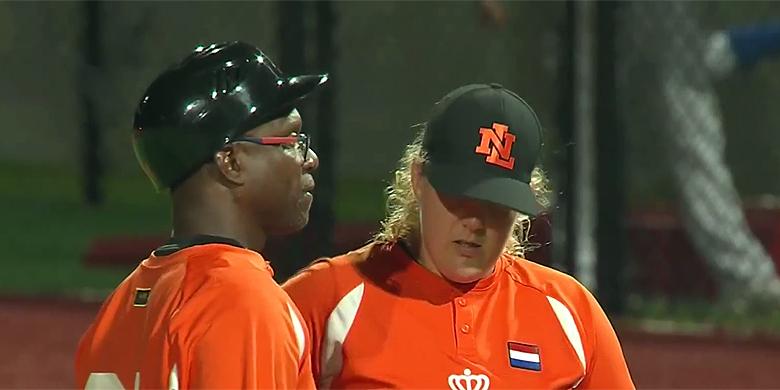 Manager Elvin Englentina op de heuvel in gesprek met pitcher Anouk Vergunst.