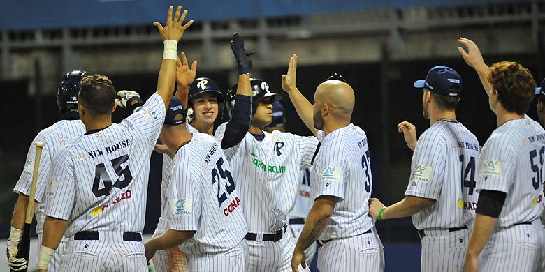 Felicitaties van de spelers van Parma na de homerun van Charlie Mirabel.