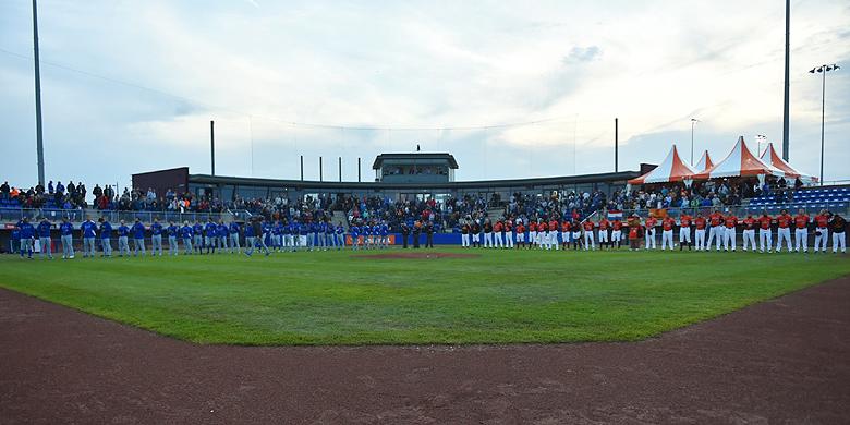 Line-ups voorafgaand aan de wedstrijd tussen het Nederlands Koninkrijksteam en Italië tijdens de Super 6 in Hoofddorp.