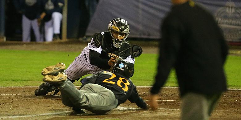 Aiden Finnegan wordt in de tweede inning op de thuisplaat uitgetikt door catcher Gianison Boekhoudt.