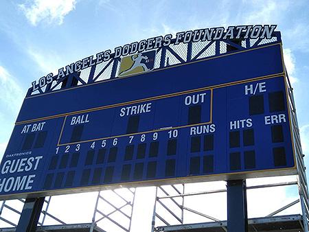 Het nieuwe scorebord in het Johnny Vrutaal Stadion.