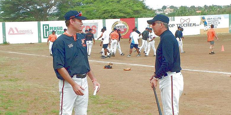Davey Johnson (rechts) in gesprek met bondscoach Robert Eenhoorn tijdens het trainingskamp in 2004 van het Nederlands team op Curaçao.