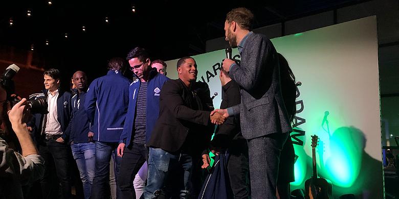 Dwayne Kemp neemt de prijs voor de beste sportploeg in ontvangst.