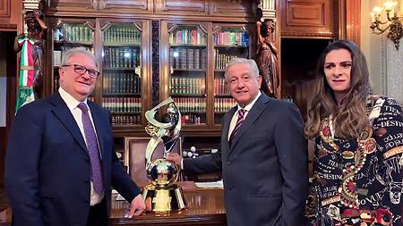 Fraccari onthult met Andrés Manuel, de president van Mexico, de trofee voor de Premier12. Rechts staat Ana Gabriela Guevara, directeur van CONADE.