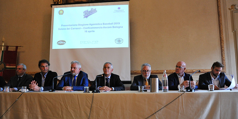 De Italiaanse bondsvoorzitter Andrea Marcon opende het seizoen in het Segni Masetti paleis in Bologna.