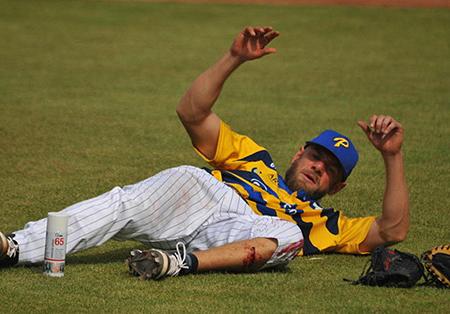 Pitcher Owen Ozanich raakte in de wedstrijd om de derde plaats gewond nadat hij werd geraakt door een geslagen bal.