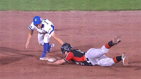 Leandro Anasagasti sneuvelt in de negende inning op het tweede honk.