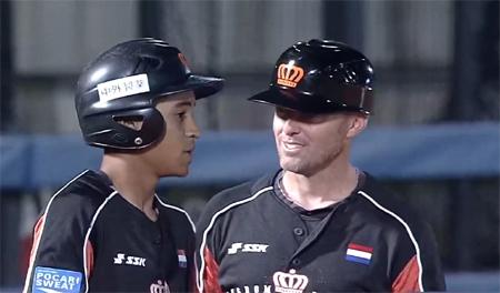 Tyriq Kemp (links) in gesprek met coach Michael Duursma.