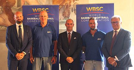 Vlnr: Massimo Fochi (LOC Parma), Gilberto Gerali (bondscoach), Pierluigi Bissa (LOC Bologna), Alessandro Vaglio (captain Azzurri) en Riccardo Fraccari (voorzitter WBSC).