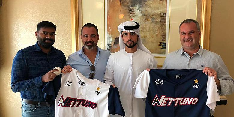 Nettuno-voorzitter Fabio Bonifazi (rechts) presenteerde met sportief directeur Leo Mazzanti (tweede van links) de nieuwe sponsor.